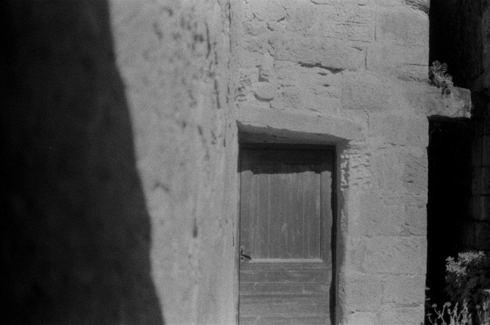 la roque gageac black and white street film kodak photography art fine art dordogne region perigueux teri b photo canon ae-1 program 35mm film analogue